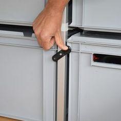 Drehriegel Vorreiber Klappenverschluss Anwendungsbeispiel während des Schließvorgangs