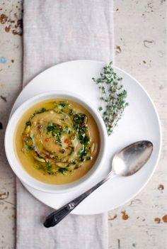 スープは大皿と重ねることで特別感を演出できます。余白に飾ったハーブがいい感じ♪