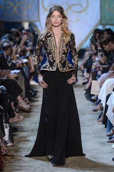 Elie Saab Fall 2017 Couture Fashion Show - The Impression Elie Saab Couture, Modest Fashion, Hijab Fashion, Fashion Dresses, Fashion 2017, Fashion Show, Fashion Design, Hijab Stile, Elie Saab Fall