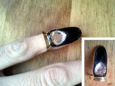 ¿Recordáis los anillos de inspiración en los dedales de las modistas? otro modelo mas de isabella en lacado negro con strass neutro en forma de corazón..