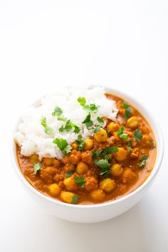 Chana masala is an Indian dish made with chickpeas (chana) and garam masala. This recipe is so simple, tasty and also oil-free. Garam Masala, Vegan Chana Masala, Channa Masala, Chana Masala Recipe Indian, Garbanzo Bean Recipes, Chickpea Recipes, Vegetarian Recipes, Healthy Recipes, Protein Recipes
