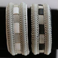 Svarta och vita armband i renskinn och tenntråd.