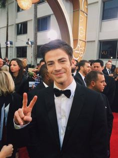 A little ✌️ from @grantgust at the #GoldenGlobes