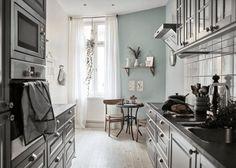 kche altbauwohnung eklektische einrichtung klassisch graublau wandfarbe kontrast - Galeere Kche Beleuchtung Ideen Bilder