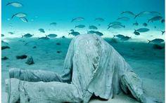 MUSA: il museo subacqueo di Cancun E' un mondo nascosto sotto l'oceano a largo dell'isola de Mujeres in Messico: è il museo subacqueo di Cancun. Noto anche come MUSA, conserva sculture a grandezza naturale create dall'artista inglese  #sculture #statue #sommerso #museo #cancun