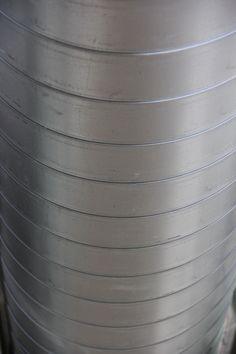 OPDRACHT 1 - LIJN Kromme lijnen onder elkaar die door de lichtinval van grijs tot wit variëren.