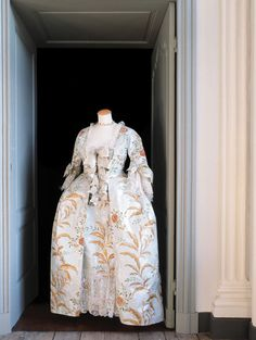 Madame de Pompadour paper dress.  Dress created in September 2001 inspired by a painting by  Maurice Quentin de la Tour (1755).  Dimensions : 85 cm x 65 cm x 165 cm.Isabelle de Borchgrave - Painter, designer, artist, visual artist, discover its amazing dresses and creations of paper !
