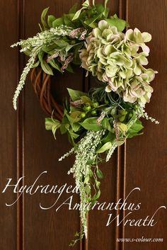 紫陽花とアマランサスを使ったリース。グリーン〜パープルの色合いで、エレガントかつナチュラルな雰囲気に仕上げました。流れるようなシルエット、他にはないデザインです。大人の女性へのプレゼントに最適です。サイズ 直径 約35cm素材 アーティフィシャルフラワー