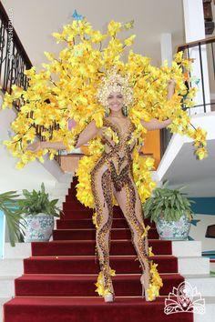 Inspirado en el Araguaney el diseñador Nidal Nouaihed confeccionó este traje para Migbelis Castellanos Miss Venezuela Universo 2013.