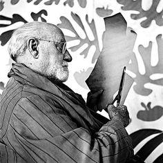 Henri Matisse prepara colagem em seu ateliê em Nice (França), em foto de 1952