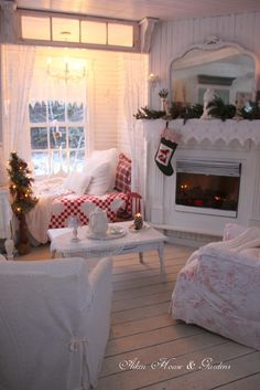 Aiken House & Gardens: The Christmas Nook, vintage red and white quilt add a festive touch Cottage Shabby Chic, Cozy Cottage, Cottage Style, Cozy Nook, Cozy Corner, Christmas Bedroom, Christmas Home, Xmas, Christmas Fireplace