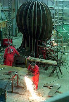 Angel of the North celebrates anniversary - Mirror Online Abstract Sculpture, Wood Sculpture, Metal Sculptures, Bronze Sculpture, Class Pictures, Art Pictures, Antony Gormley Sculptures, Newcastle England, Light Installation