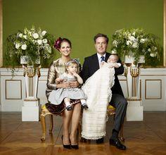 STOCKHOLM - De Zweedse prinses Madeleine heeft op Facebook laten weten heel 'blij en dankbaar' te zijn voor de doop van haar zoon Nicolas. Op de foto die ze heeft geplaatst, is een slapend prinsje te zien. Achter hem staan zijn moeder, vader Chris O'Neill en zus Leonore. (Lees verder…)