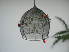 Šípkem ovitý Šípkem ovitý, lustr je vyrobený z černého drátu, doplněn větvičkou se skleněnými korálky, lístečky a překrásnými vinutkami ve tvaru šípku od Zdeňka.V Velikost - dolní průměr měří 20 cm, výška stínidla bez objímky měří 21,5 cm. Stínidlo bude dodáno s černým závěsem. Černý drát je ošetřen. Ve vlhku může však reznout. V toto případě ...