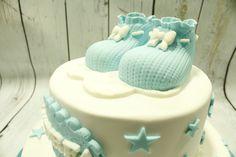 patucos de fondant en tonos azules para decorar la tarta de tu babyshower o el bautizo