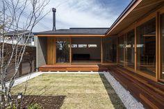 木の温もりを感じる平屋の一軒家 (から JUTO) Modern Small House Design, Small Space Interior Design, Home Room Design, Dream Home Design, My Dream Home, Japanese Style House, Traditional Japanese House, Courtyard House, Facade House
