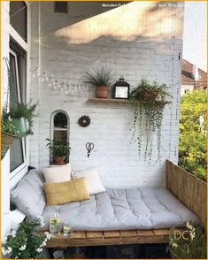 Our DIY bank is finally finished and we enjoy the great weather from now on in our summer living room. Diy Design, Decoration Design, Interior Simple, Home Interior Design, Hallway Decorating, Interior Decorating, Living Pequeños, Diy Bank, Outdoor Lounge