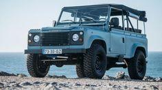 Een lichtblauwe Land Rover Defender staat vanaf nu op jouw verlanglijstje