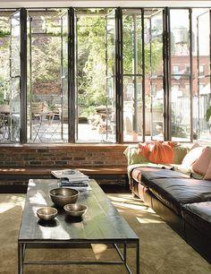 murek ze starej cegły pod wielkimi oknami od str tarasu Industrial and loft interiors with bare brick walls