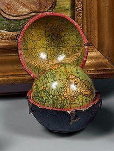"""Globe terrestre miniature dit """"Pocket globe"""" dans un étui en chagrin, l'intérieur formant voûte céleste. Signé Minshulls. Angleterre, vers 1800. (Petits chocs). Diamètre: 6,9 cm Diamètre de l'étui: 7,9… - Beaussant Lefèvre - 06/03/2015"""