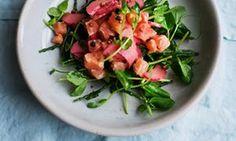 """""""Ein heller Salat mit der Pikante von Rhabarber"""": Lachs mit eingelegtem Rhabarber und Saphir."""