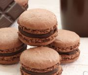 Chocolate macarons with chocolate ganache filling taste absolutely divine, pretty easy to make, and they are perfect for holiday tables or as holiday gifts. Meringue Cookie Recipe, Cookie Recipes, Dessert Recipes, Frosting Recipes, Delicious Desserts, French Macarons Recipe, Macaron Recipe, Macarons Easy, Making Macarons