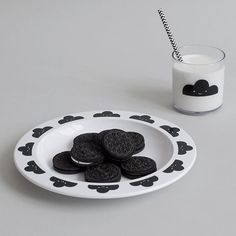 Taking monochrome Monday to another level & matching our after school snack to our tableware  #oreos