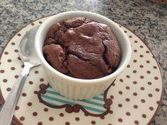 sufle chocolate amargo.Rendimento: 5 porções individuais.Ingredientes– 150g de chocolate > 70% cacau  – 4 gemas– 4 claras-100 ml de creme de leite fresco.