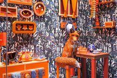 Sediado na França, o Zim & Zou Estúdio criou uma vitrine para a loja Hermès, em Paseo de Gracia, em Barcelona, com u...
