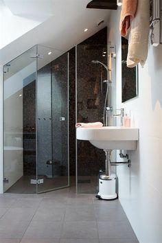 dachwohnung einrichten badezimmer duschkabine waschbecken