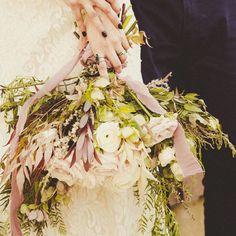Lovely bouquet in Lake Como. . #lakecomo #weddingdress #weddingreportage #weddingphotography #weddingphotographer #weddinginspiration…