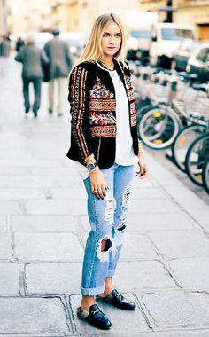 Eine Ethno-Jacke (hier von Zara) pimpt jedes noch so langweilige Jeans-&-T-Shirt-Outfit.Bloggerin Nina Suess kombiniert dazu eine Ripped-Jeans undFell-Loafers von Gucci. So einfach geht hip aussehen.