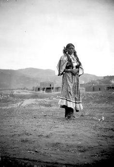 16. Une fille de Taos Pueblo, 1895, par H.s. Poley  vintage-native-american-girls-portrait-photography-26-575a7d40ba700__700amérindiennes-amérindiennes