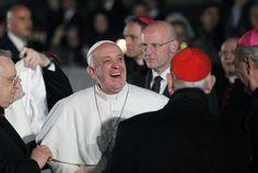 Ante una multitud de fieles, el papa Francisco encabezó su primer Vía Crucis de Semana Santa en Roma. (AFP)