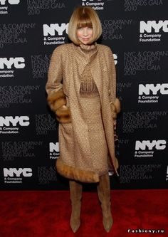 Anna Wintour goes for a golden brown color palette for the NYC & Co Leadership Awards Gala. Her fur trimmed tweed coat was just her style. The mandarin collar and long length were classic. She paired the glamorous look with suede boots. Olivia Palermo, Anna Wintour Style, Tweed Outfit, Winter Date Night Outfits, Classy Suits, Tweed Coat, Fur Coat, Victoria Beckham, Red Carpet Dresses
