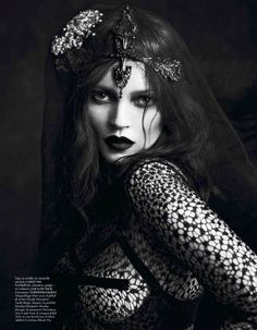 Le Noir Partie 3 Vogue Paris Septiembre 2012 Kate Moss y Saskia de Brauw por Mert Alas y Marcus Piggot. Vogue Paris September 2012 Kate Moss and Saskia de Brauw by Mert Alas and Marcus Piggot. Styling by Katy England. Baroque Fashion, Dark Fashion, Gothic Fashion, Macabre Fashion, Moss Fashion, Film Fashion, Fashion Images, Timeless Fashion, Fashion News