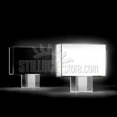 Kartell Tatì Lampada da tavolo rettangolare caratterizzata da un'estrema pulizia formale; linee squadrate con un mood dal vago sapore Decò.  Disponibile nel colore bianco o nero e nella versione Plissè.
