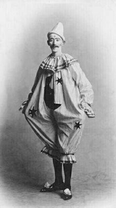 Pierrot (Zanni)- the character who represents a form of sadness (depicted usually as a sad clown), mostly because Colombina doesn't love him back. The good part is that he's a hard working servant Gruseliger Clown, Circus Clown, Creepy Clown, Circus Theme, Pierrot Costume, Pierrot Clown, Old Circus, Dark Circus, Circo Vintage