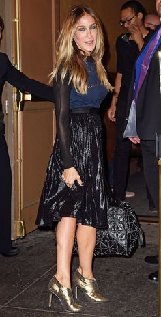 Sarah Jessica Parker in a navy too, black lamé midi skirt and gold heels - click through for more celebrity fall outfit ideas City Outfits, Skirt Outfits, Fashion Outfits, Fashion Trends, Hillary Clinton Clothes, Estilo Carrie Bradshaw, Sarah Jessica Parker Lovely, Celebrity Style Inspiration, Party Fashion
