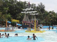 O parque oferece mais de 50 atrações em sete áreas temáticasAcquamania tem final de semana prolongado de sexta a domingo, como a Enseada do Pirata, playground aquático com rampas,  escorregadores, t...