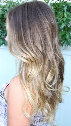 Wavy hair is the latest hair trend for women, whether they have super-long hair or short haircuts. So today we will talk about hair trends in 2017 and how to achieve stylish wavy long. Blonde Roots, Blonde Hair, Dark Blonde, Blonde Bayalage, Light Blonde, Dark Roots Light Ends, Shampooing Sec, Super Long Hair, Hair Colorist