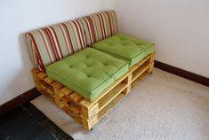Sofá de pallet reciclado envernizado para 2 lugares com futons e almofadas para encosto, com rodízios