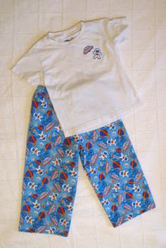handmade mommy: 15 minute jammy pants - Purchased or home-made shirt with iron -on appliques cut from pant material gives a store-bought look to set Boys Pajama Pants, Pajama Pants Pattern, Pants Pattern Free, Pj Pants, Sewing Patterns Free, Clothing Patterns, Serger Patterns, Free Sewing, Diy Sewing Projects