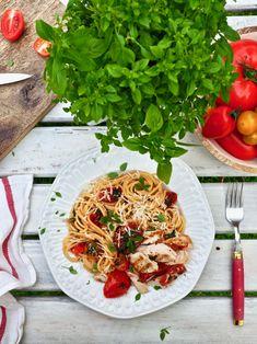 Ihanan kesäinen tomaatti-kanapasta valmistuu ruokapöytään alle puolessa tunnissa. Pasta saa makunsa makeista kypsistä tomaateista, parmesaanista, sitruunasta, tuoreista yrteistä ja oliiviöljystä. Pannulla paistettu kana maustetaan perusmausteilla ja toki halutessaan voi laittaa omat suosikkinsa lihan pintaan. Tämä tomaatti-kanapasta ei erikseen kastikkeita kaipaa, vaan tomaateista ja sitruunasta tullut mehu, parmesaani ja oliiviöljy antavat pastalle tarpeeksi hyvää makua. #pasta #kesäruoka Spaghetti, Ethnic Recipes, Food, Meal, Eten, Meals, Noodle