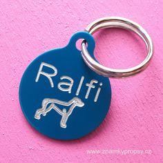 Malá psí známka z eloxovaného hliníku s vyrytým jménem Ralfi a symbolem plemene Anglický chrt.