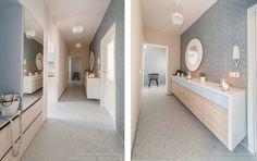 Třímetrová komoda na chodbě má zaoblené rohy. Na fotografii není vidět velká vestavěná skříň umístěná vlevo ve výklenku.