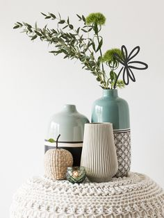 Green home decor and vases Vase Deco, Cosy Room, Wood Vase, Room Accessories, Home Decor Furniture, Home Staging, Cozy House, Flower Vases, Flowers