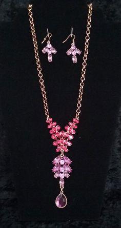CC-3839 - Conjunto de collar y pantallas en color rosa, violetay dorado.