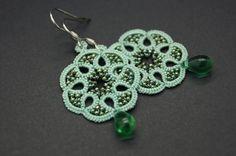 Ce bijou est réalisé à la main en frivolité à la navette avec un fil vert d'eau en polyester, la dentelle est ornée de petites perles de verre japonaises vertes aux reflets i - 18298455