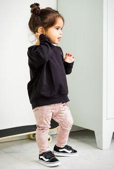 Little girl fashion Toddler Girl Style, Toddler Girl Outfits, Toddler Fashion, Kids Fashion, Cute Little Girls Outfits, Little Girl Fashion, Kids Dress Wear, Outfits Niños, Cool Kids Clothes